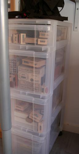 Ma scraproom et mes quelques astuces de rangement le blog de mumu scrap lectures - Colonne rangement plastique ...